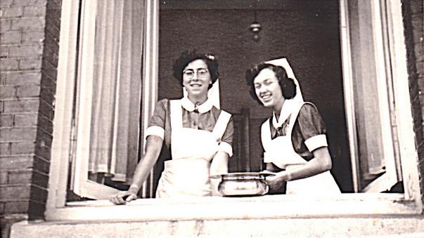 Chaja (links) als verpleegster